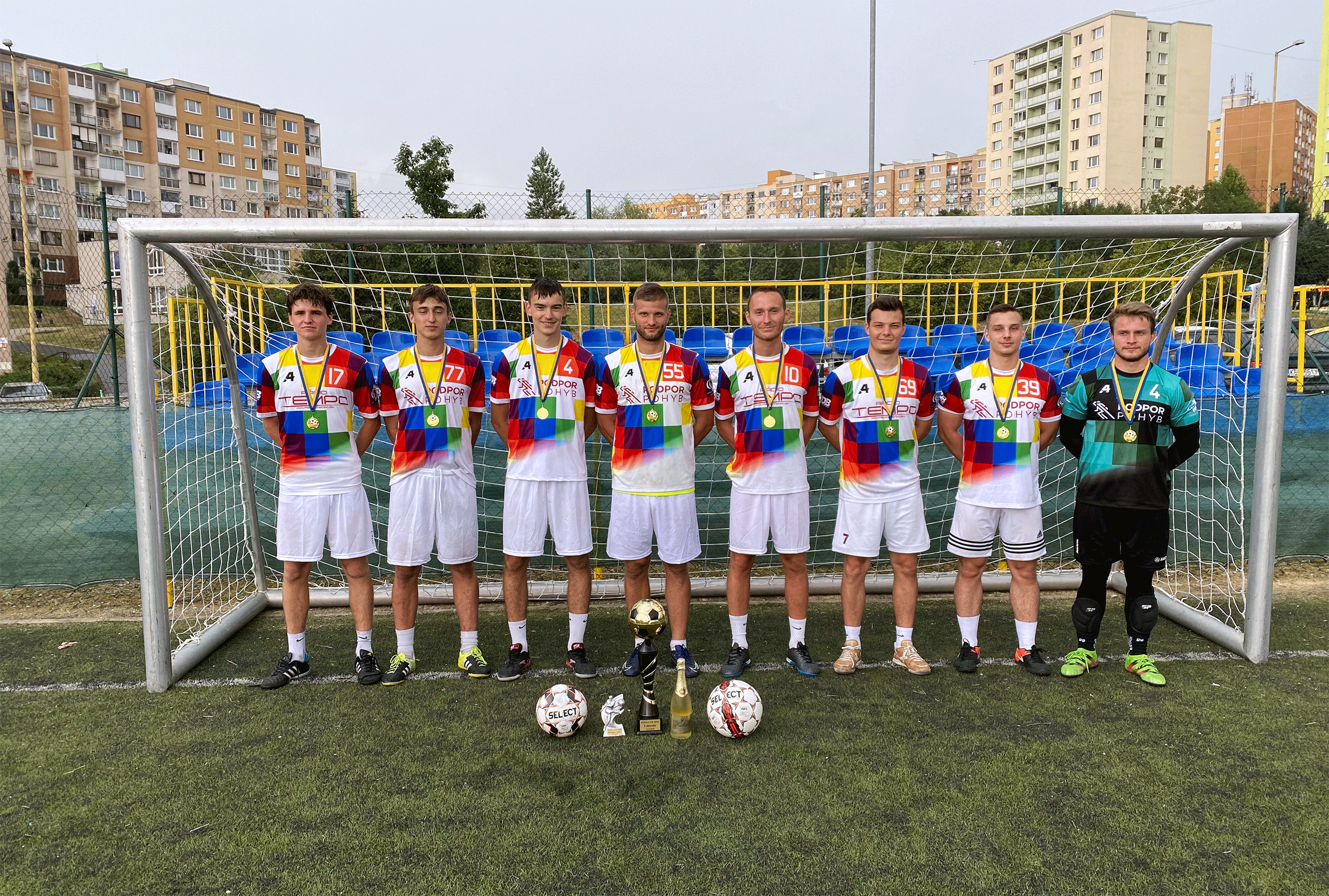 Tim podpor pohyb s trofejou za vitazstvo na Vova Cup 2020
